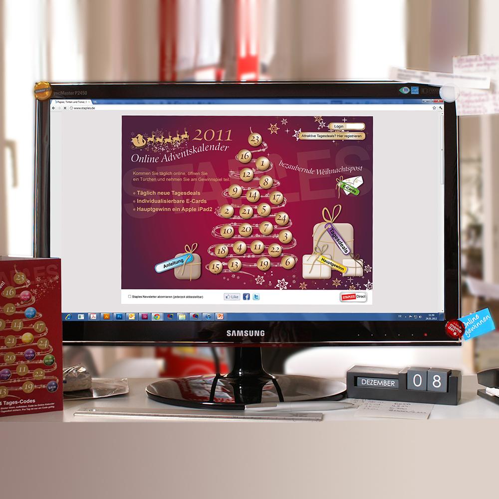 Staples Online Adventskalender und mehrstufiges Gewinnspiel, Crosspromotion Print und Web Monitor mit Screen weihnachtlicher Online Adventskalender und mehrstufiges Online Gewinnspiel in Kombination mit einem gedruckten Mailing per Info Briefpost, Grußkarte Leporello mit den kleinen Weihnachtskugeln als Sticker zum Ablösen. Ein Kalender auf dem Tisch zeigt das Datum 8. Dezember. Farbwelt: Bordeauxrot und Gold